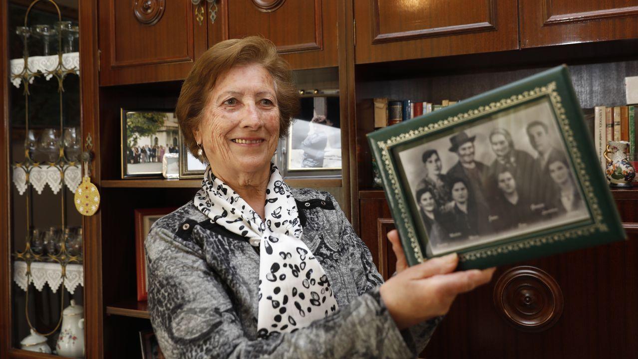 Brígida Barrio posa en el salón de su casa con una foto familiar