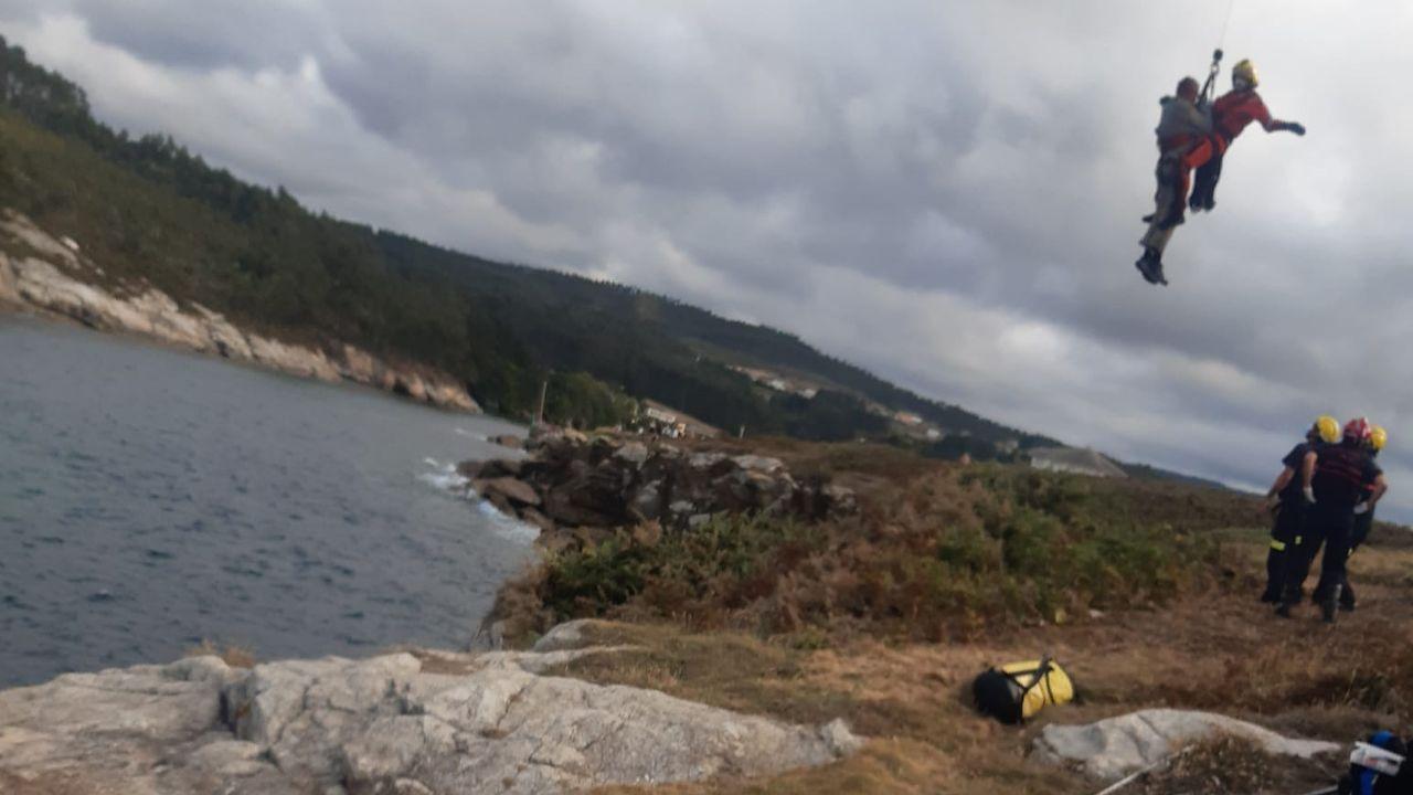 Alargar el verano en A Mariña.Momento en el que el rescatador del Pesca 2 iza al pescador recreativo herido