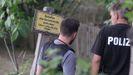 Agentes de la policía alemana en el registro de una parcela en la ciudad de Hannover, en busca de pistas del caso McCann