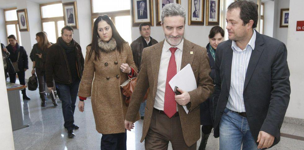 Letizia participa en el día de la Banderita de la Cruz Roja.Severino Rodríguez, en el centro, sale de una reunión sobre el Infanta Elena en su etapa de alcalde.