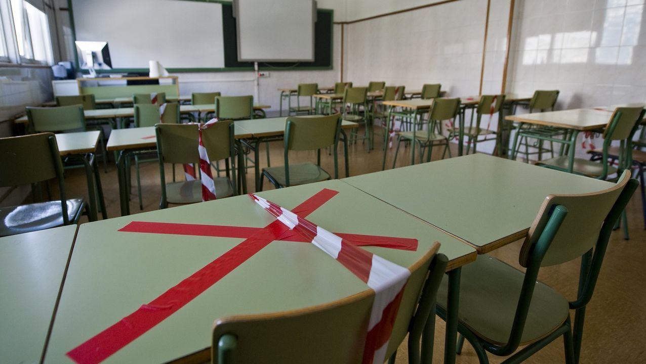 Pruebas serologicas a alumnos de la UDC.Imagen de un aula del IES Fernando Wirtz Suárez, que tiene dos casos, con medidas para asegurar la distancia