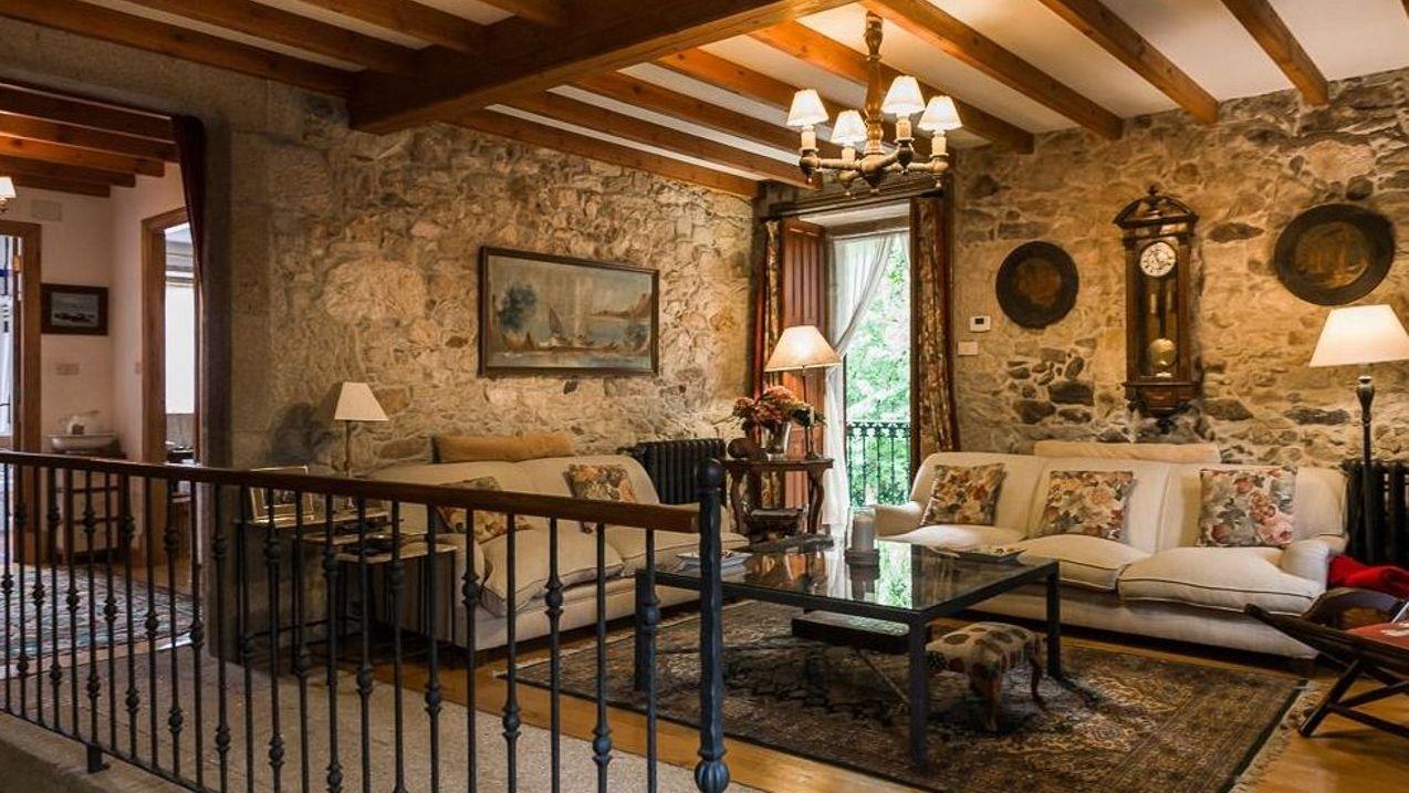El emplazamiento en el que se sitúa la vivienda, con vistas a la ría de Muros, y el enorme terreno que la rodea son los principales puntos fuertes de una propiedad que llegó a estar a la venta por más de 4 millones