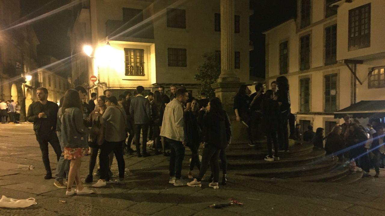 Consenso para impedirlo en Ourense. Partidos políticos, entidades vecinales y hosteleros se han puesto de acuerdo para elaborar una ordenanza de la que ya existe un borrador. El casco viejo aglutina varias zonas de reunión para el consumo de bebidas alcohólicas. En la imagen, jóvenes en la praza do Trigo