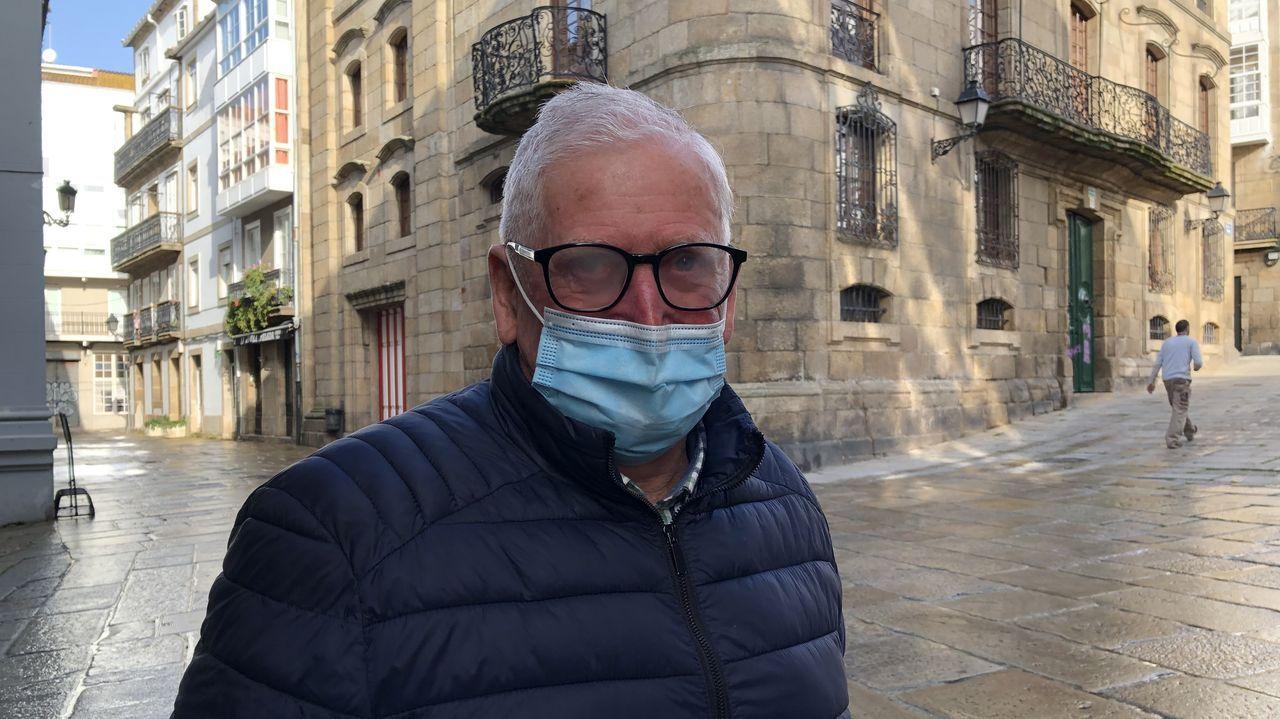 Manuel Mosquera, vecino de la Ciudad Vieja: «Xa ía sendo hora. E o das pintadas era un desastre. E aínda habería que arranxar a rúa Cortaduría»