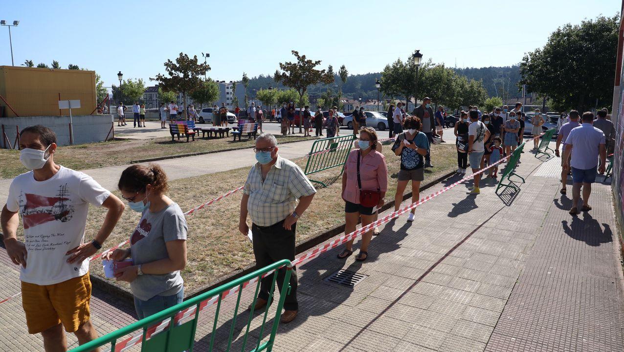 En Milladoiro (Ames), también había una larga espera para poder votar en el pabellón municipal