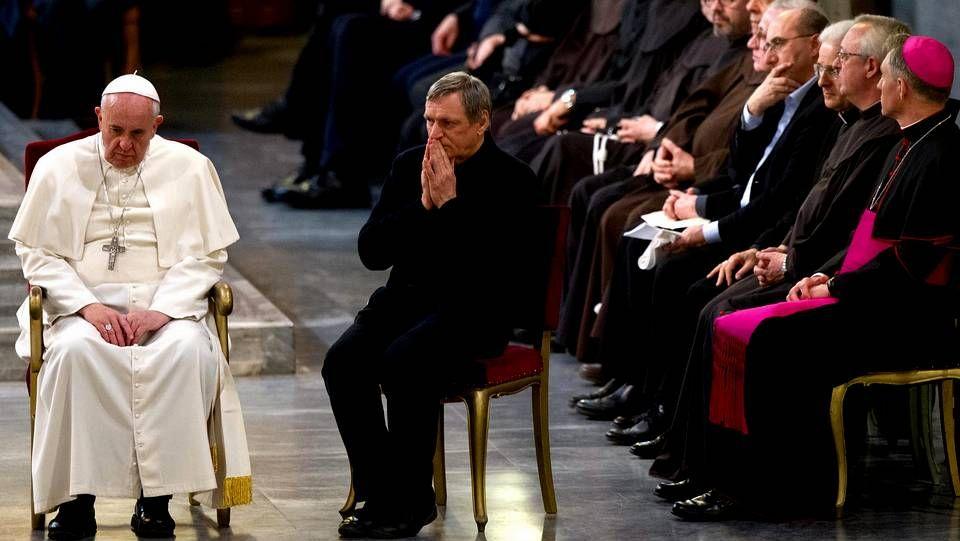 El papa Francisco participa junto con el presidente de la Fundación Libera, el sacerdote Luigi Ciotti, en una vigilia por las víctimas de la violencia de la mafia