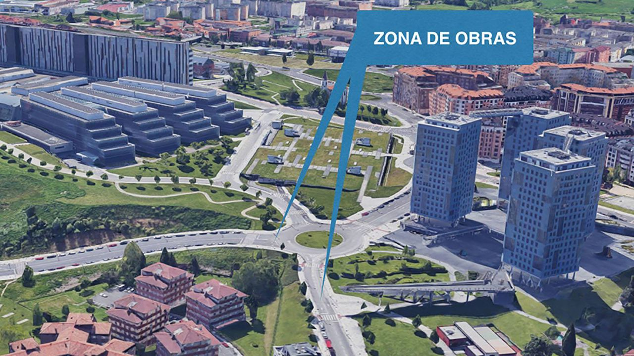 Los bolardos que se convertirán en cámaras.Zona de obras en las inmediaciones del HUCA, Oviedo
