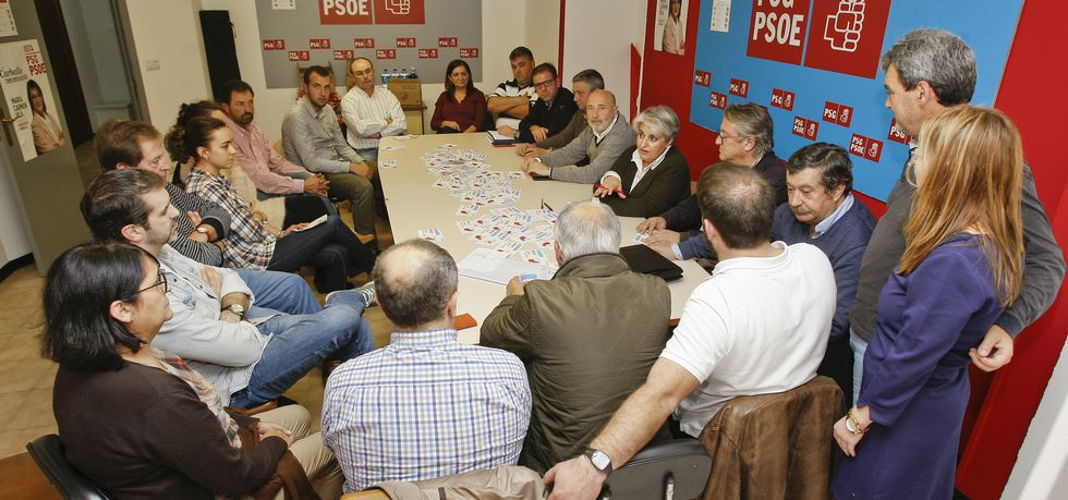 La sede socialista carballesa acogió a representantes de toda la comarca.