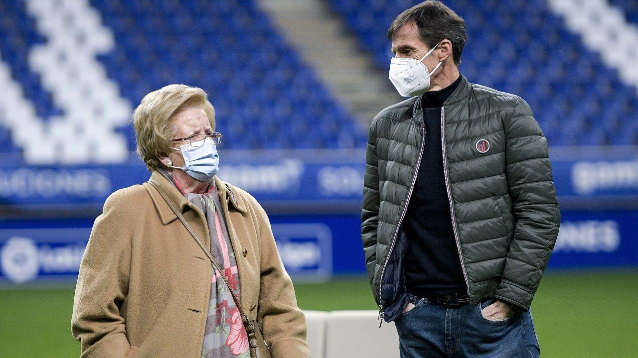 Beni Meleiro, abonada del Real Oviedo, y José Ángel Ziganda