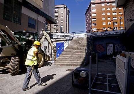 Las obras para construir el ascensor entre Ramón Cabanillas y la avenida de Arteixo.