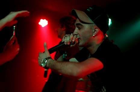 Además de su éxito en Internet, este rapero santiagués llena salas en Bilbao, Murcia, Madrid y Barcelona