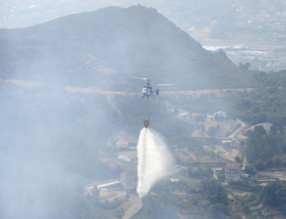 El viento contribuyó a que se propagaran las llamas en el incendio de Castro de Beiro.