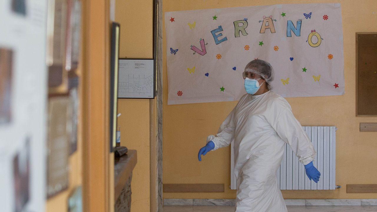 Cribado masivo en O Incio.Un trabajador de la residencia de mayores de O Incio, en la puerta del entro con un traje especial
