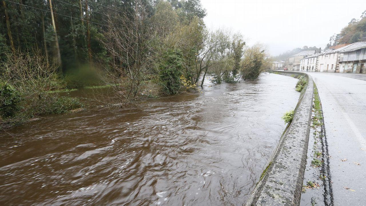 El río Landro desbordado a su paso por Landrove