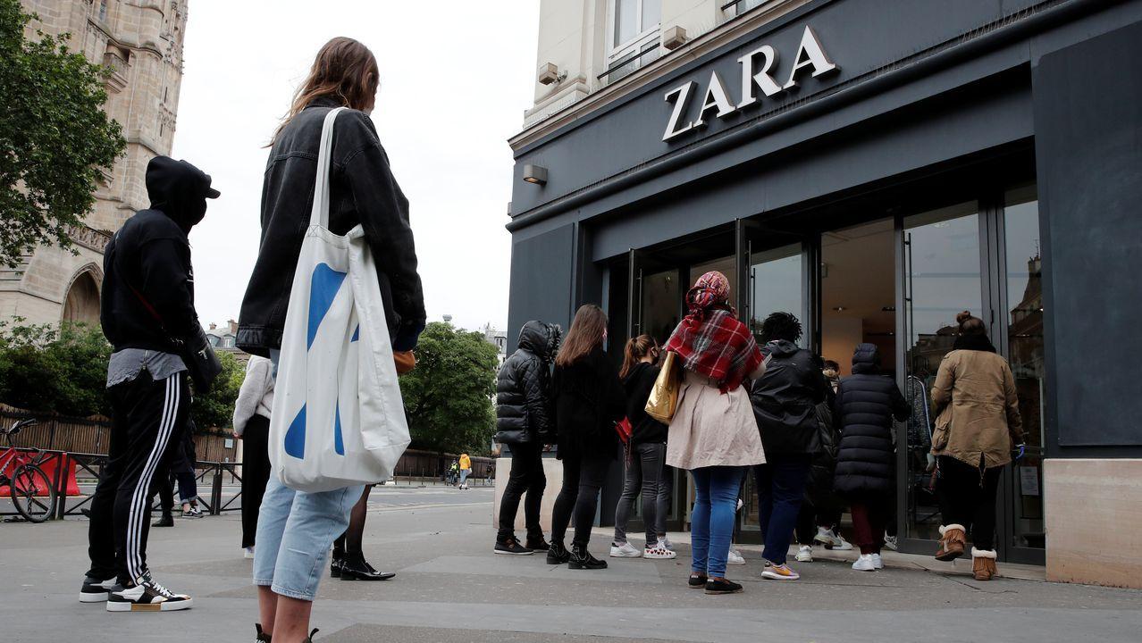 El despertar del comercio compostelano.Cola ante una de las tiendas de Zara de París