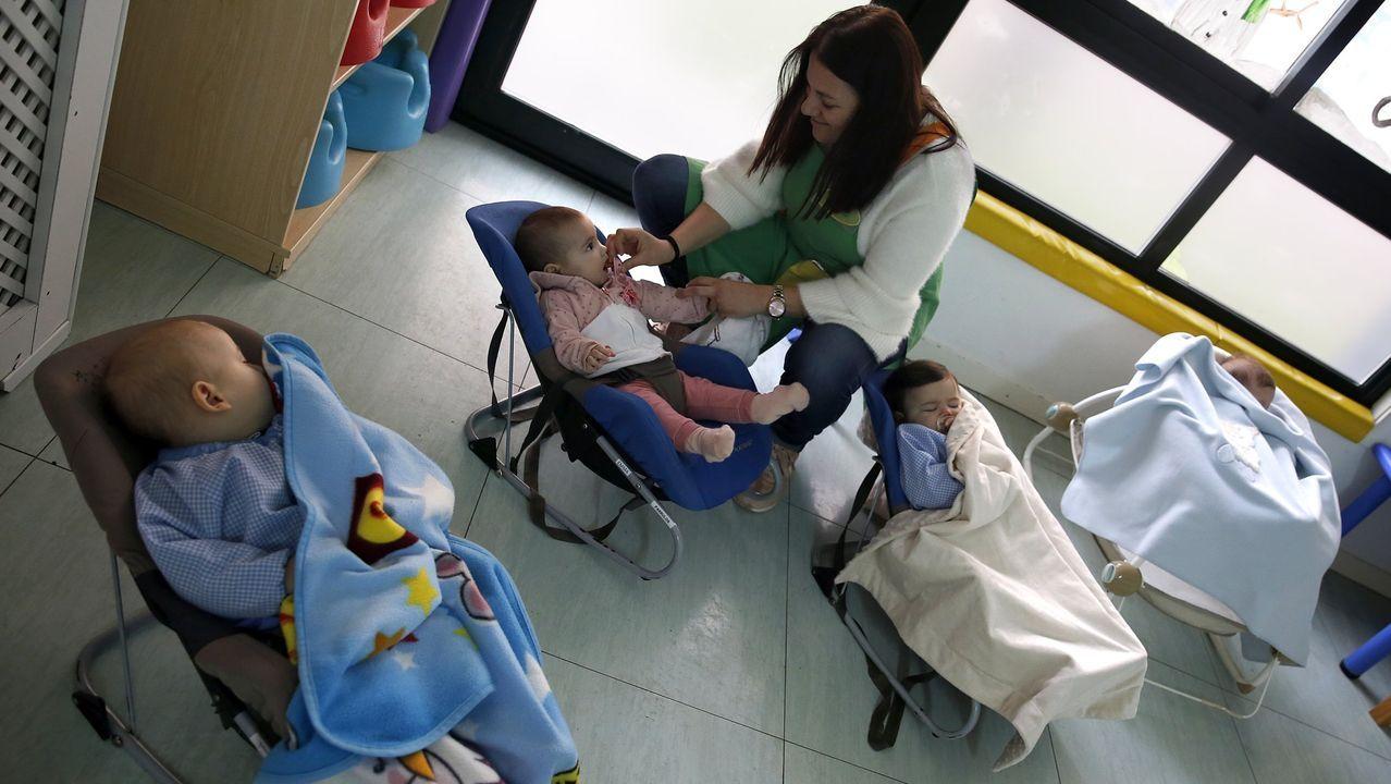 La foto de archivo muestra a unos pequeños en la hora del descanso en la escuela infantil de Ribeira. Esta, como la de A Tomada, acepta matrículas con el curso iniciado.