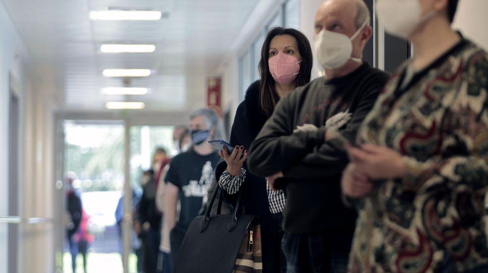 Gente a la espera de recibir la primera dosis de la vacuna contra el covid-19 hace dos semanas en el hospital de Monforte