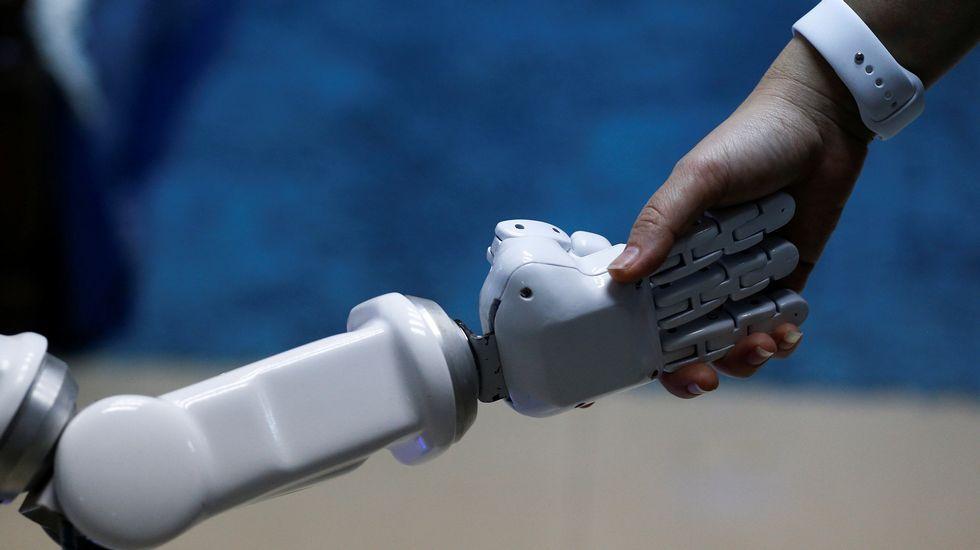 El presidente de la Federación Asturiana de Empresarios (Fade), Pedro Luis Fernández.Charlermpon Punnotock, director general de CT Asia Robótica da una mano a un robot en Bangkok (Tailandia)