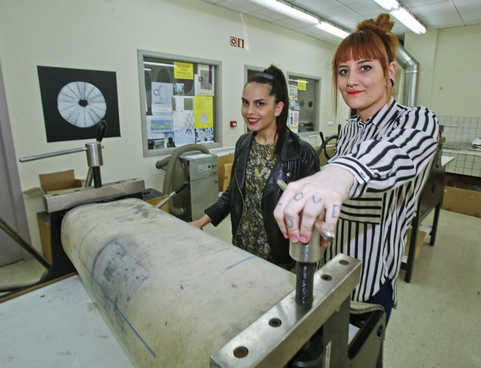 Lara Buyo y Ana Corujo, ayer, en un taller de la Facultade de Belas Artes de Pontevedra.