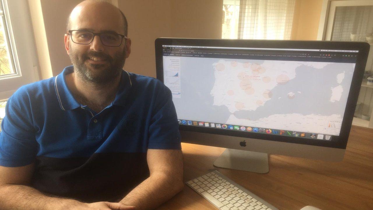 El docente Carlos Fernández-Lozano con la página web en la que se pueden visualizar los datos del Ministerio de Sanidad.