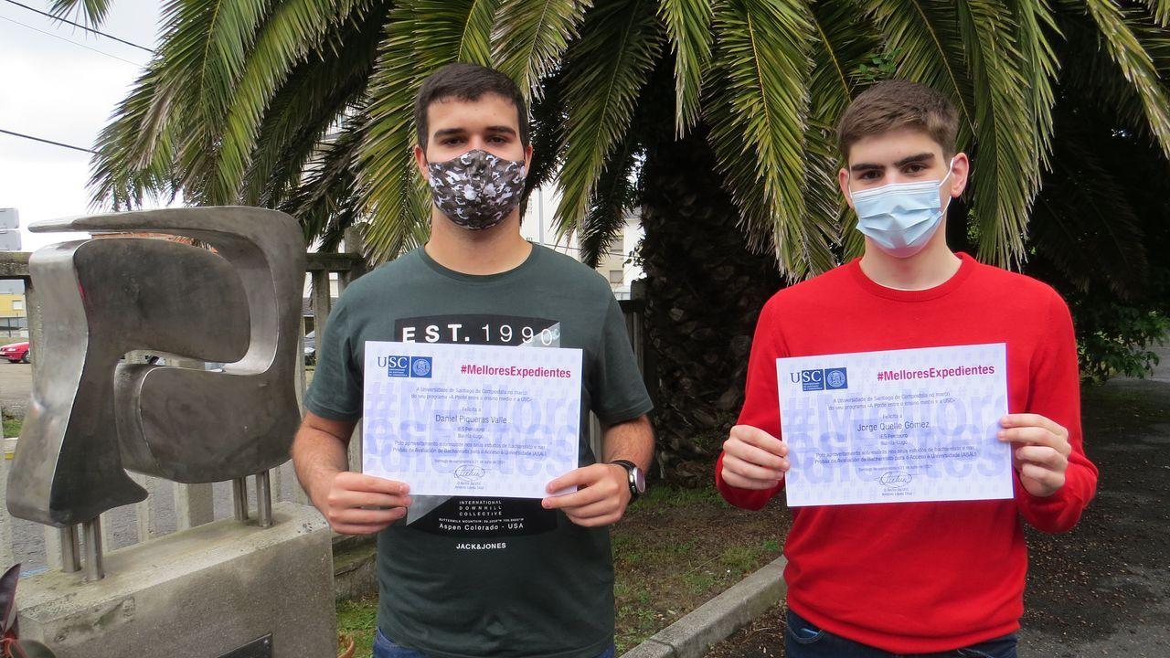Daniel Piqueras Valle y Jorge Quelle Gómez,  alumnos de 2º de Bachillerato del IES Perdouro de Burela que superaron la media de un 9 en las pruebas de acceso a la universidad