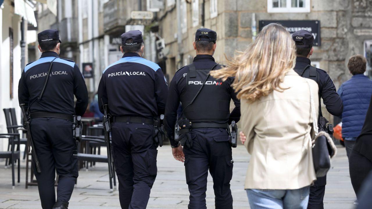 En una imagen de archivo, agentes de la Policía Nacional y de la Local patrullan conjuntamente por Santiago para vigilar el cumplimiento de las medidas decretadas para frenar la pandemia del coronavirus