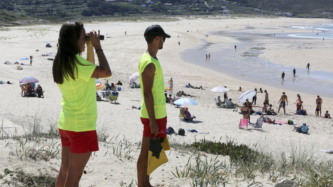 Playasen la provincia deA Coruña.Dos socorristas vigilan la playa de Doniños, en Ferrol, el pasado verano