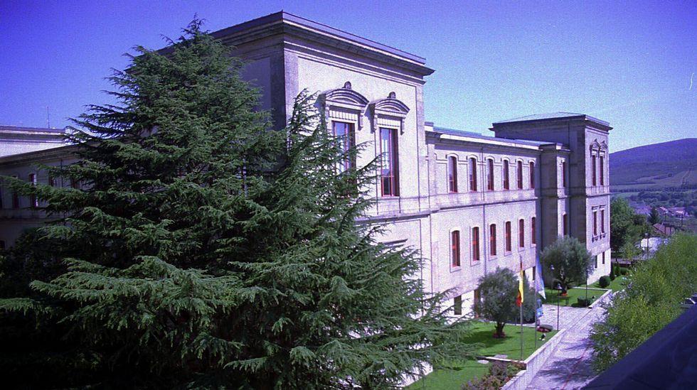 ANTES. El pazo de O Hórreo. El hemiciclo del Parlamento de Galicia se construyó en el patio del edificio que antes de recibir a los políticos albergaba al Ejército.