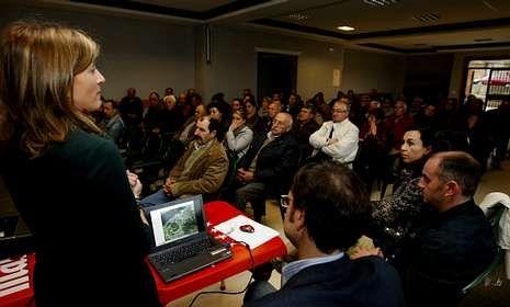 Los vecinos de San Xulián acudieron a una asamblea donde técnicos y políticos explicaron el proyecto.