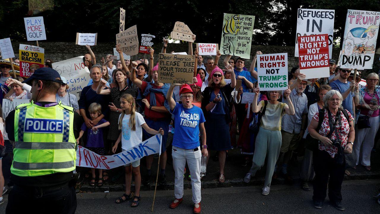 Numerosas personas se concentraron ante el palacio de Blenheim, donde se alojan los Trump, para protestar contra su visita