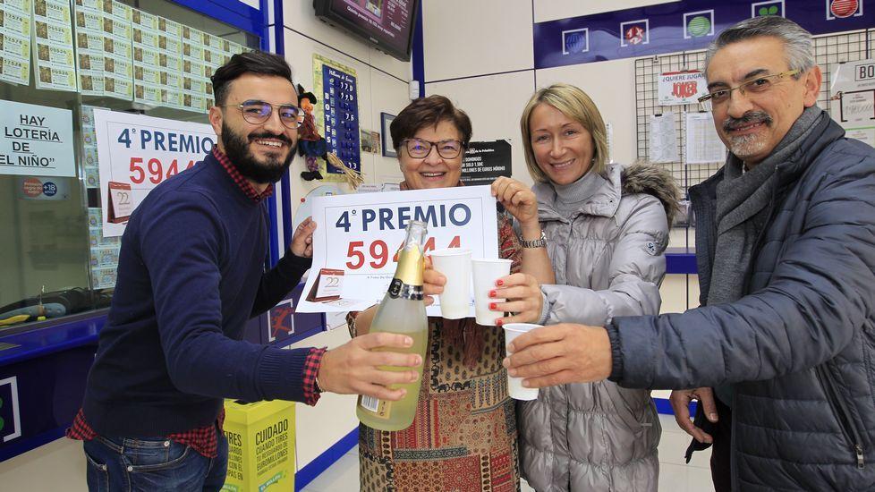 La administracion de Lourenzá reparte una serie del cuarto premio de la lotería de navidad.Estanco de la calle Severo Ochoa, en Avilés
