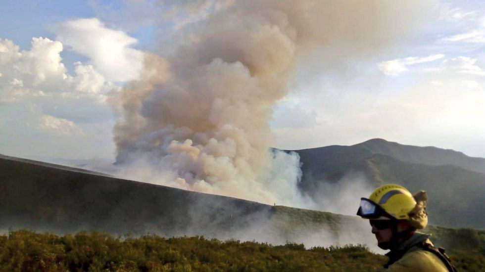 El incendio entre Quiroga y O Courel afecta ya a 100 hectáreas.Ana María Martínez, ayer en su consulta de Castro Caldelas