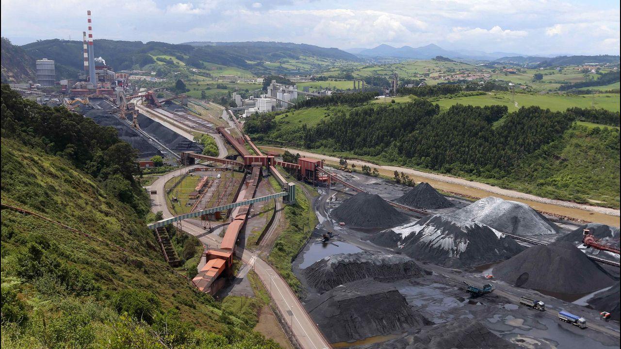 Pedro Sánchez escucha cómo Javier Fernández atiende a los medios de comunicación, durante una visita a Asturias.Vista del parque de carbones y de la central térmica de Aboño.