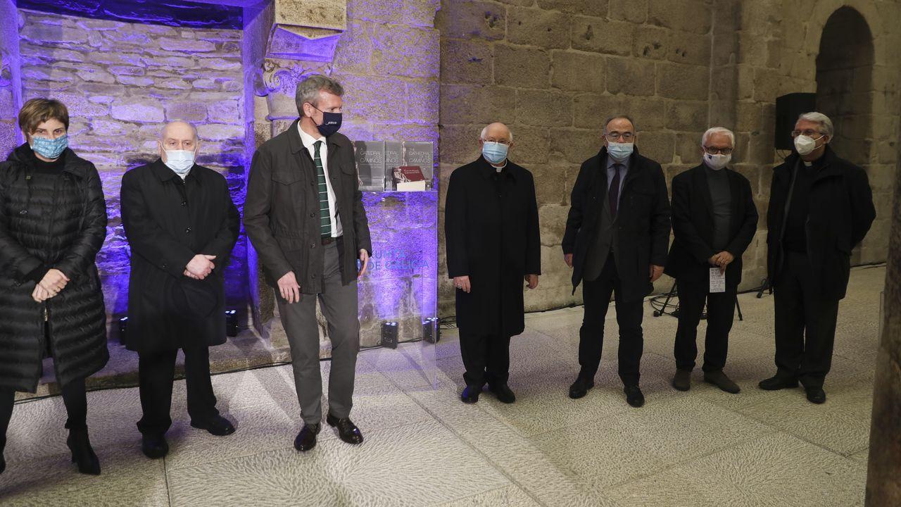 El arzobispo de Santiago, Julián Barrio, golpeará la Puerta Santa -este jueves aún estaba asediada por las obras; en la imagen de la izquierda- con un martillo de plata y madera de encina -a la derecha- donado por un matrimonio alemán