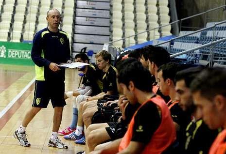 Valladares imparte consignas a sus jugadores antes de comenzar un entrenamiento.