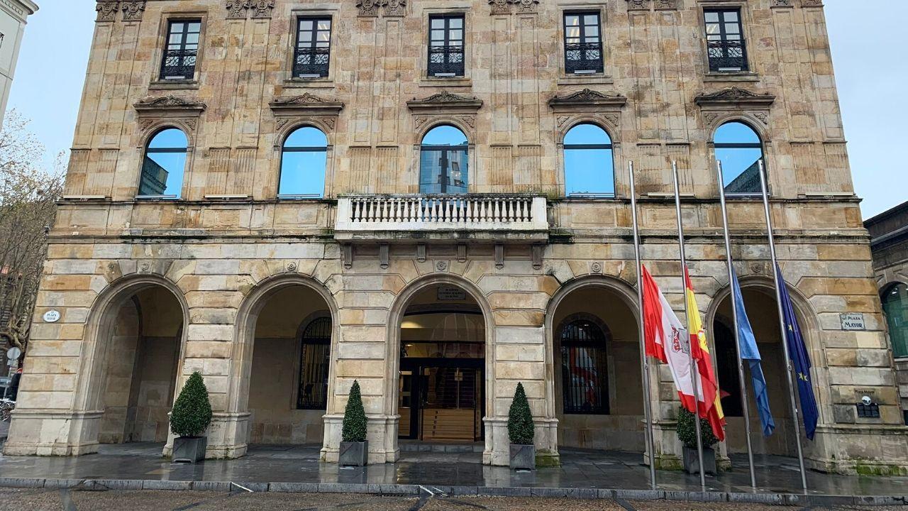 Concentración en Gijónde repulsa por el asesinato machista de Lorena Dacuña.Las banderas del Ayuntamiento de Gijón, a media asta en señal de duelo por el asesinato de Lorena Dacuña