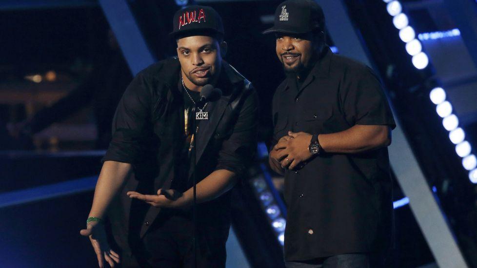 Ice Cube y O'Shea Jackson Jr presentan uno de los premios durante la gala