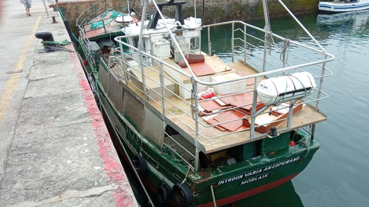 En el barco, atracado en el muelle de Cariño, aparece una referencia a la ciudad francesa de Morlaix
