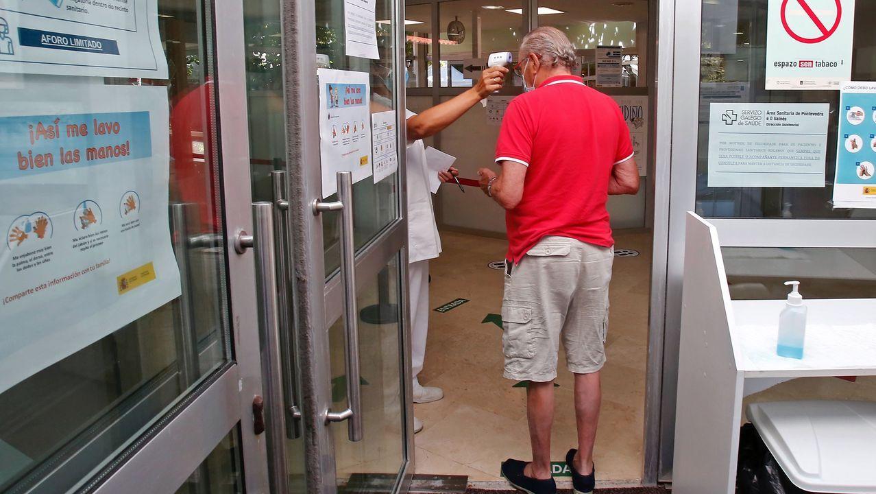 En las puertas del centro de salud de Baltar están tomando la temperatura a todos los pacientes
