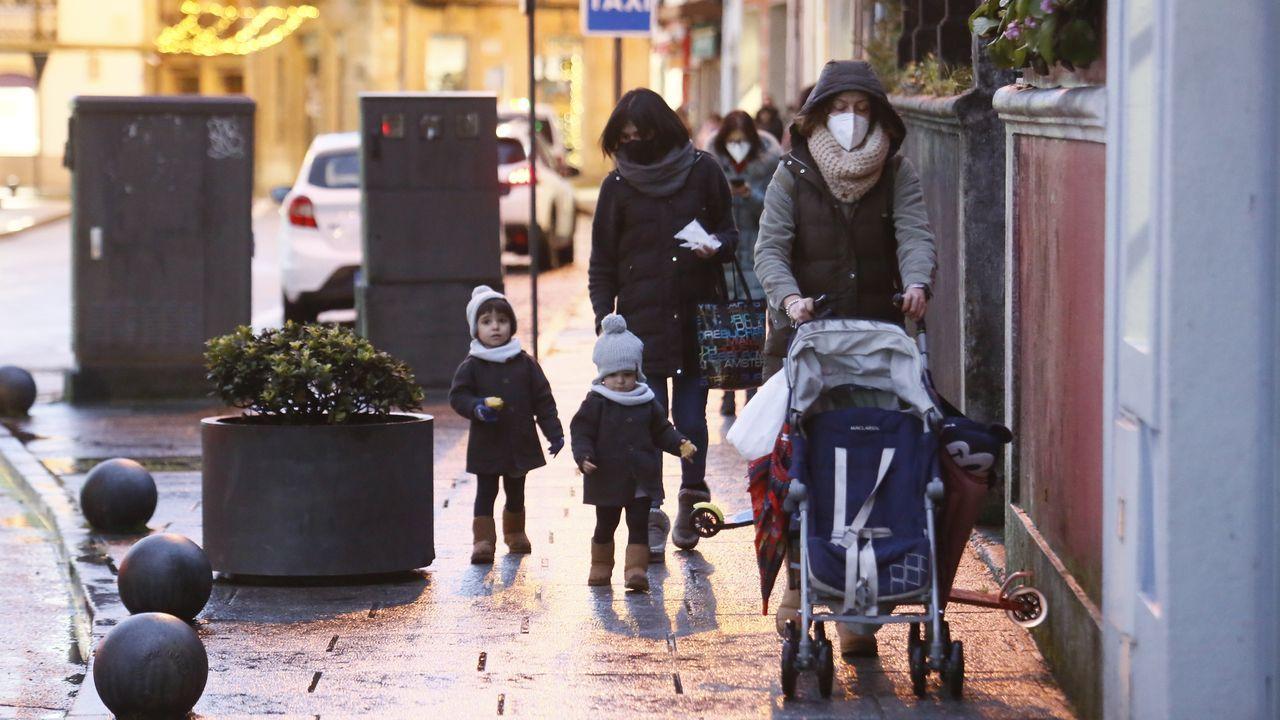 Así de abrigada caminaba esta familia el 3 de enero a media tarde por viveirense plaza de Lugo
