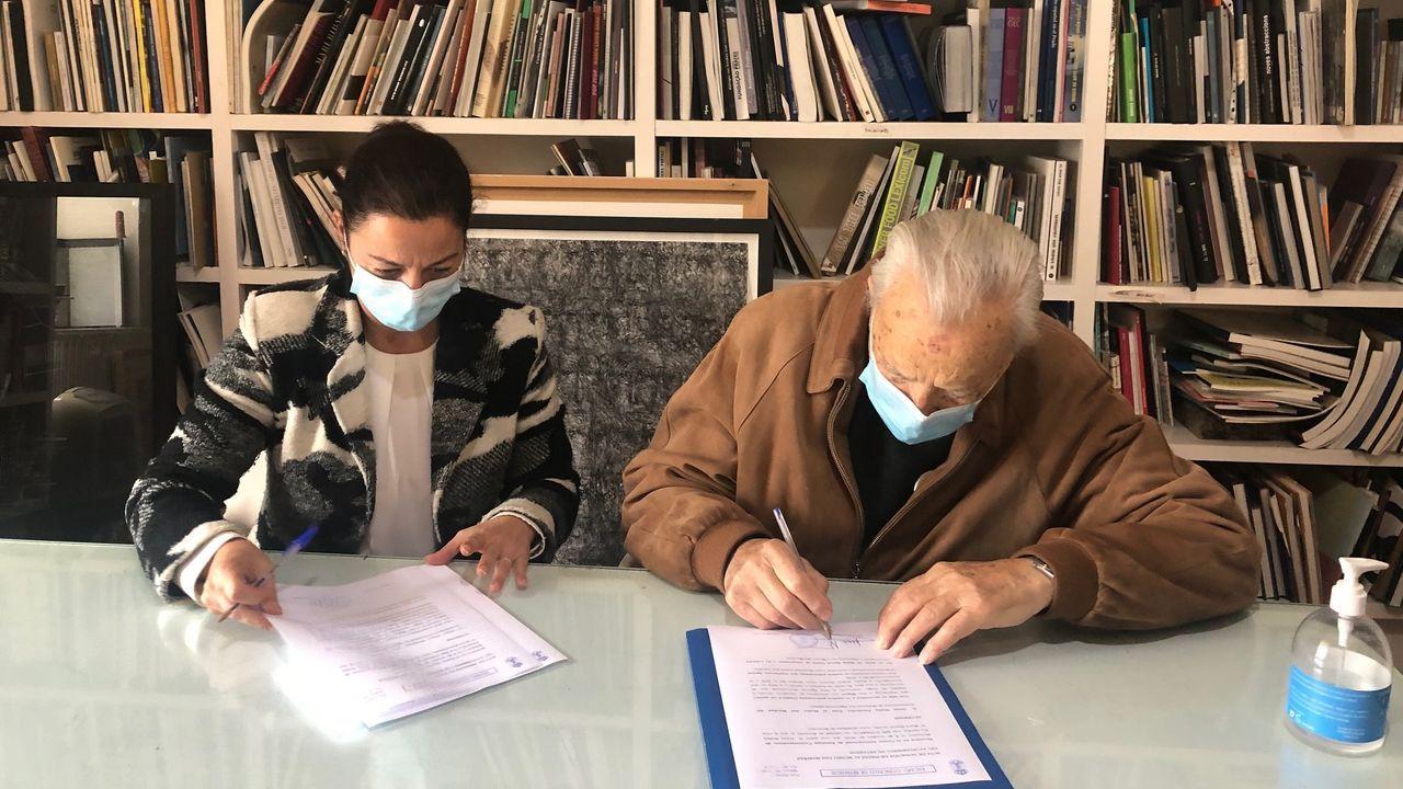 La alcaldesa, Maria Barral, firma el acuerdo de cesión con Jesus Núiñez, fundador del CIEC