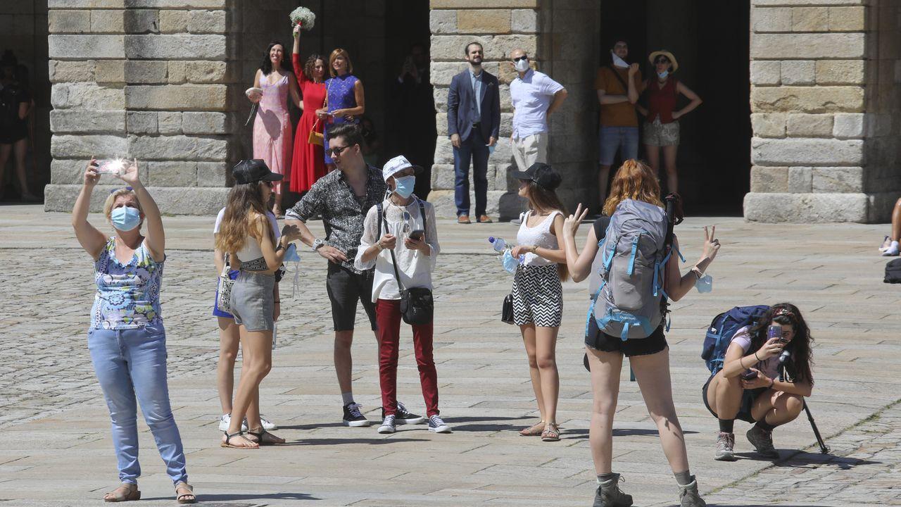 Turistas con mascarilla en el Obradoiro