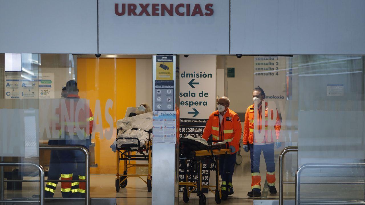Sanitarios y pacientes en la entrada de urgencias del Chuac.