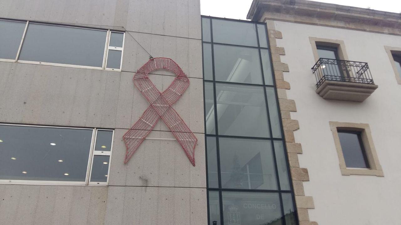 Consistorios y edificios emblemáticos de A Mariña se iluminan de rosa por el cáncer de mama