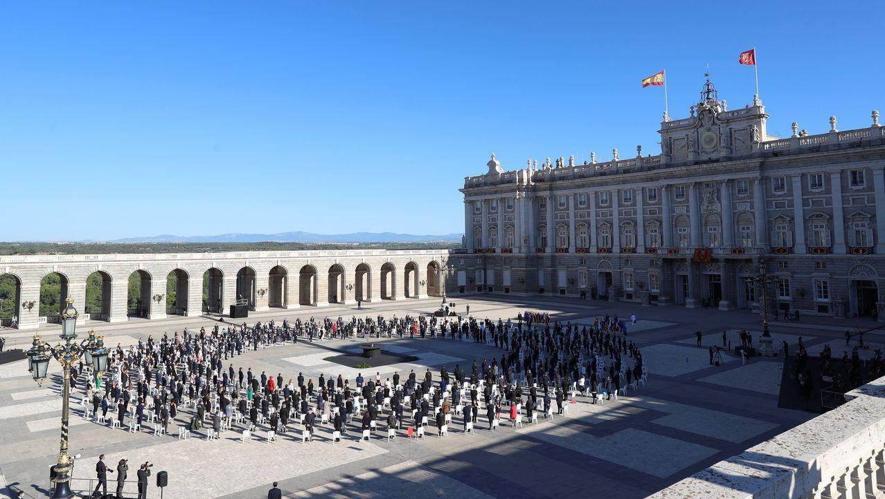 El rey Felipe VI saluda al presidente de Cantabria, Miguel Angel Revilla