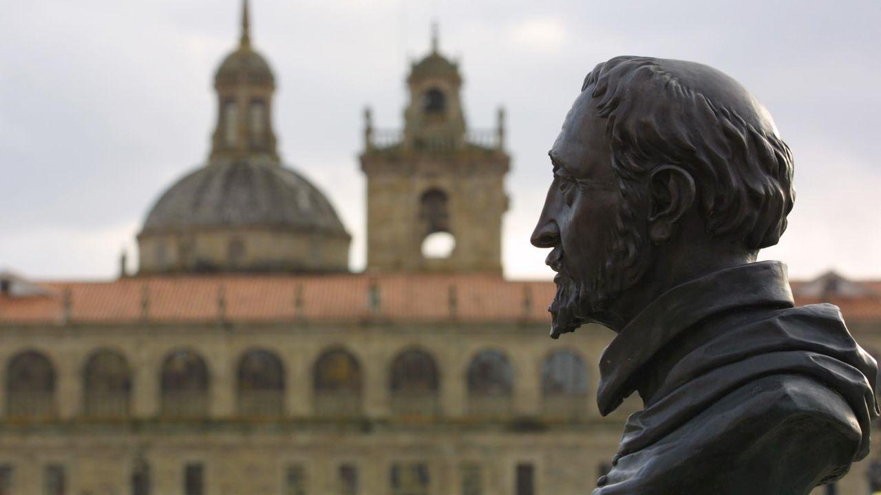 Busto dedicado al cardenal Rodrigo de Castro, con el colegio que fundó al fondo