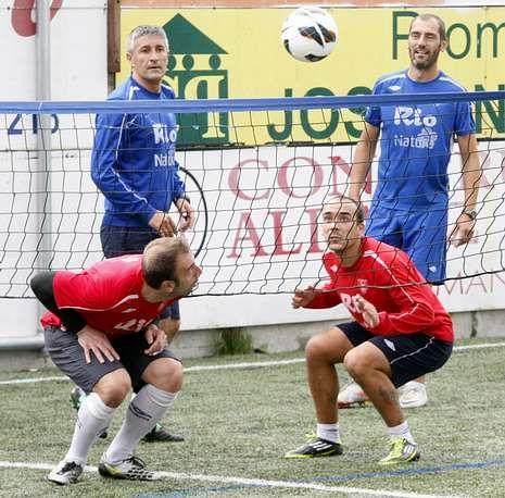 Abidal vuelve a sentirse futbolista.Setién, arriba a la izquierda, en una sesión de fútbol tenis con Fran Soto, José Juan e Iván Pérez.