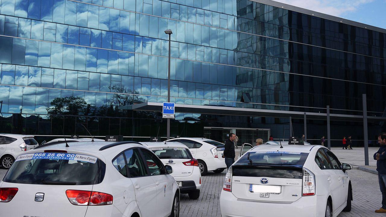 Taxi taxista parada de taxi en el HUCA taxistas.Foto de archivo de taxis en el HUCA