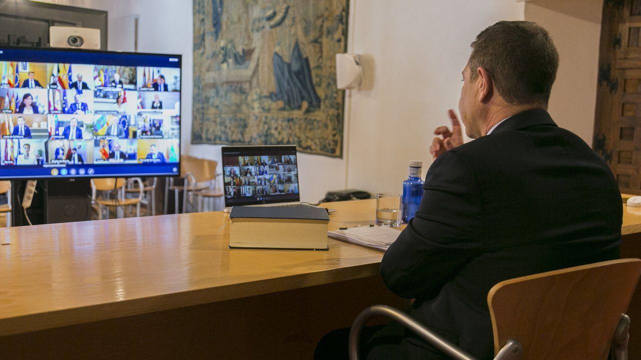 El presidente de Castilla La Mancha, Emiliano García-Page, en videoconferencia con los presidentes autonómicos y el presidente del Gobierno, Pedro Sánchez, por la crisis del coronavirus