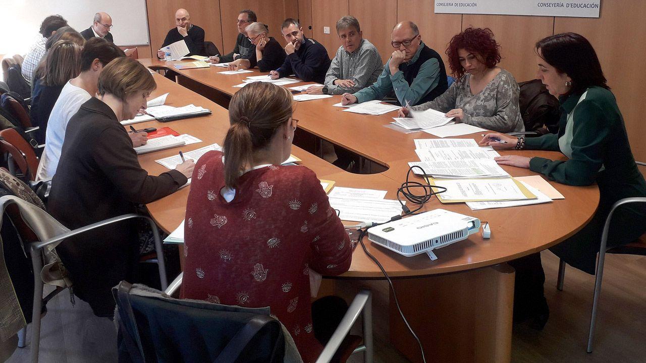 la directora general de Ordenación, Evaluación y Equidad Educativa, Paula García, la primera por la derecha, presidente la reunión de la Comisión Regional de Formación Permanente del Profesorado